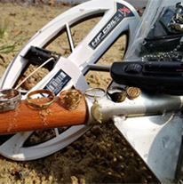 Поисковая катушка HF 24х13 см на фоне находок