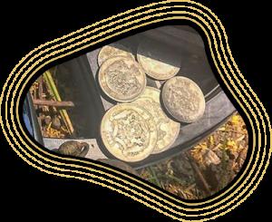 Фрагмент золотых монет на фоне беспроводной катушки X35
